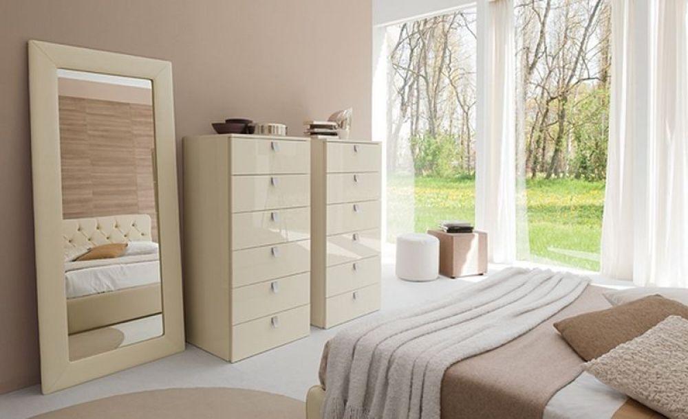 kamar tidur dengan lemari dan cermin