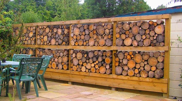 pagar rumah unik kayu gelondongan