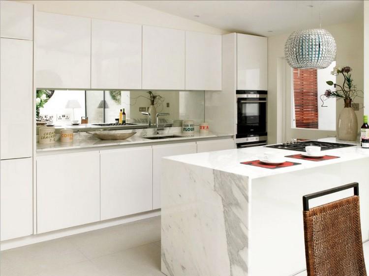 Cermin sebagai Backsplash pada Desain Dapur Kecil