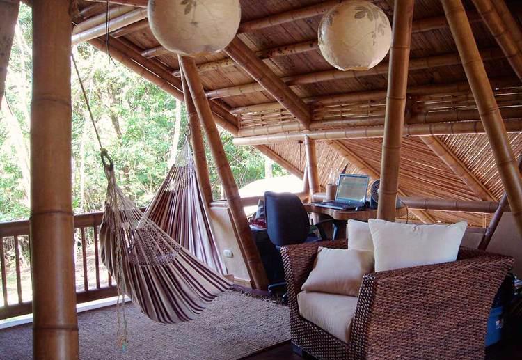 Rumah Bambu Vintage & Kembali ke Alam dengan Desain Rumah Bambu Alami!