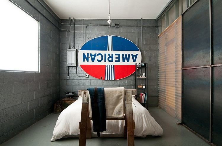 Interior kamar tidur industrial dengan pipa-pipa
