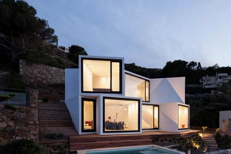 Desain rumah unik geometris dari tumpukan kubus