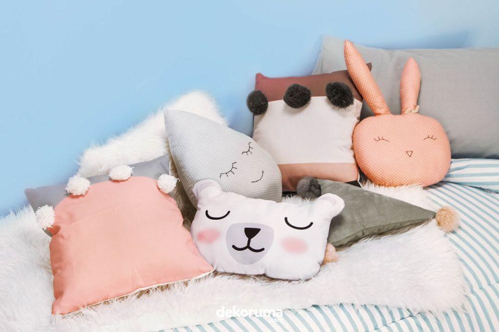 Gunakan Sarung Bantal Warna-Warni untuk Sofa di Ruang Keluarga