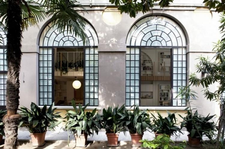 Rumah gaya Eropa identik dengan jendela berukuran besar
