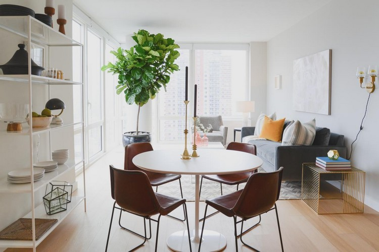 Ruang keluarga menyatu dengan ruang makan minimalis di apartemen studio