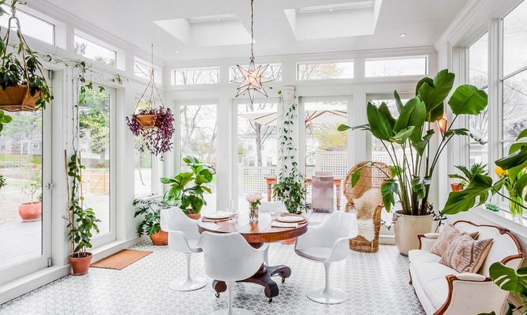 Model ruang tamu yang asri penuh tanaman