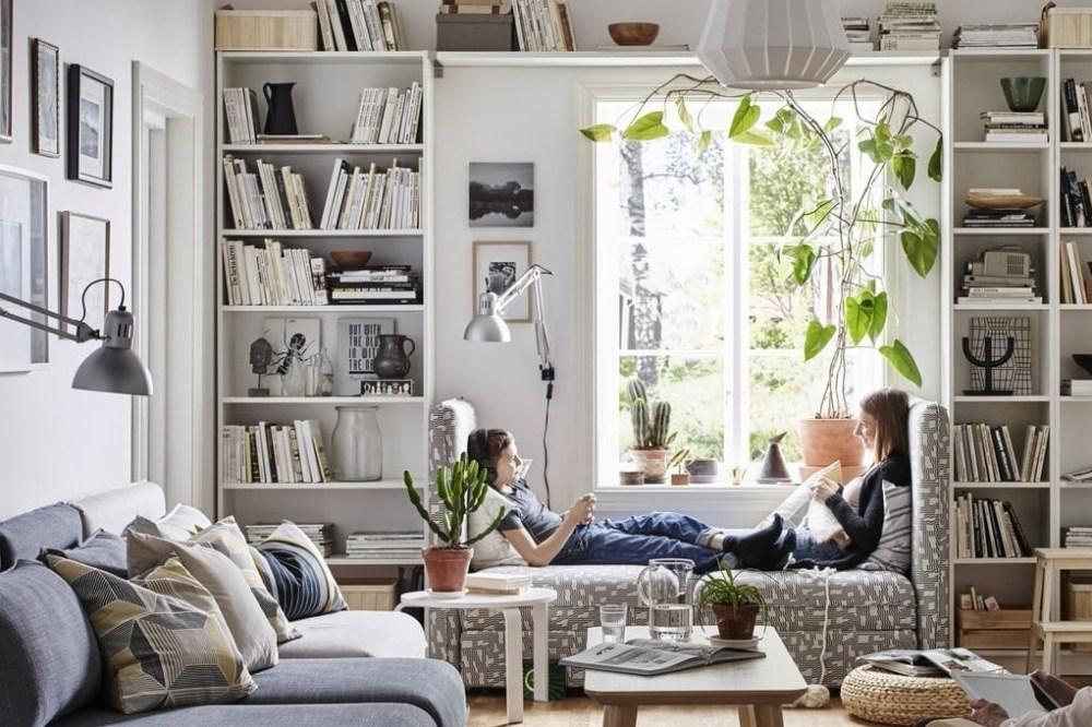 Rak Buku Ruang Baca di Ruang Keluarga