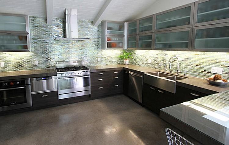 Kabinet dapur dengan pintu kaca