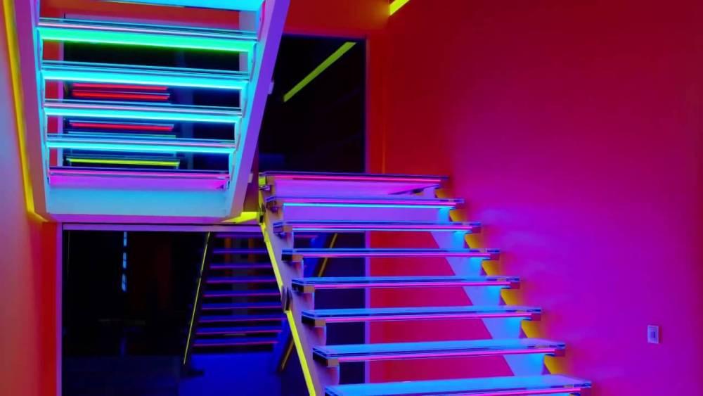 Dekorasi Lampu LED Rumah Pada Tangga