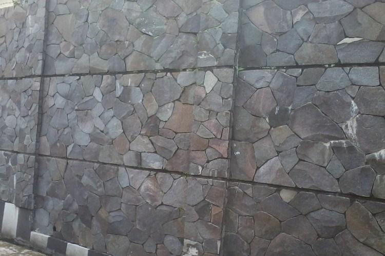 Dinding batu alam menggunakan batu templek