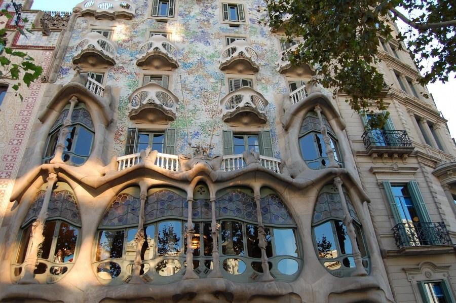 Arsitektur Post Modern Antonio Gaudi