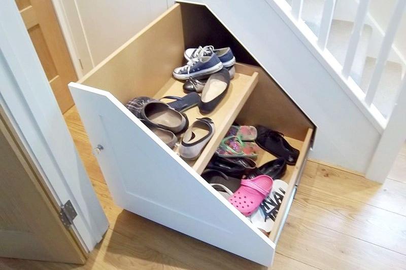 Lemari bawah tangga untuk menyimpan sepatu