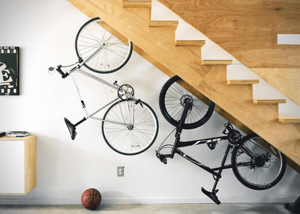 Lemari bawah tangga untuk menyimpan sepeda