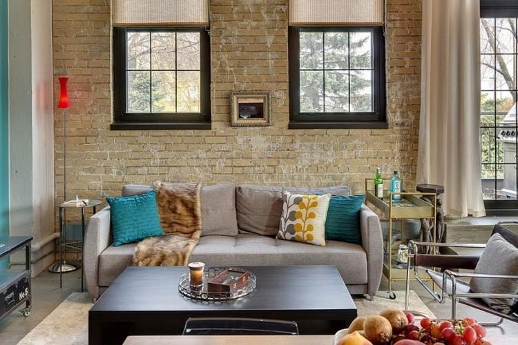 Bata ekspos berwarna krem untuk ruang keluarga mungil