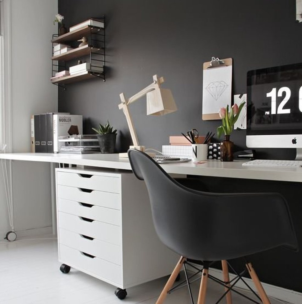 Ruangan Kerja Minimalis Monokrom