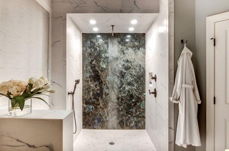 Desain kamar mandi batu alam dengan marmer
