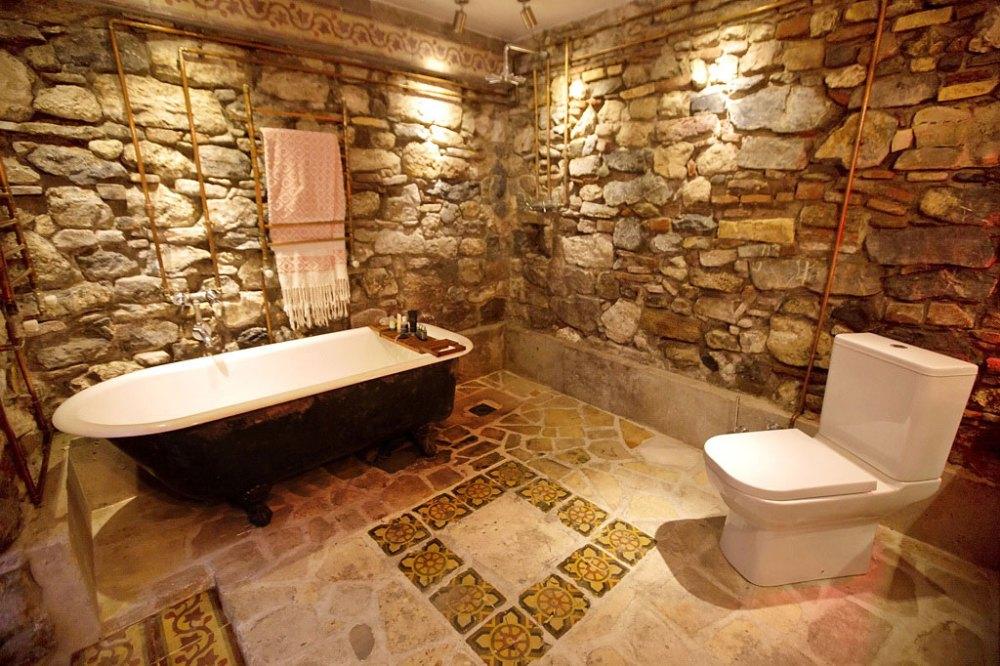 Desain kamar mandi batu alam rusttic