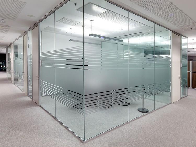 Dinding kaca untuk ruangan di kantor