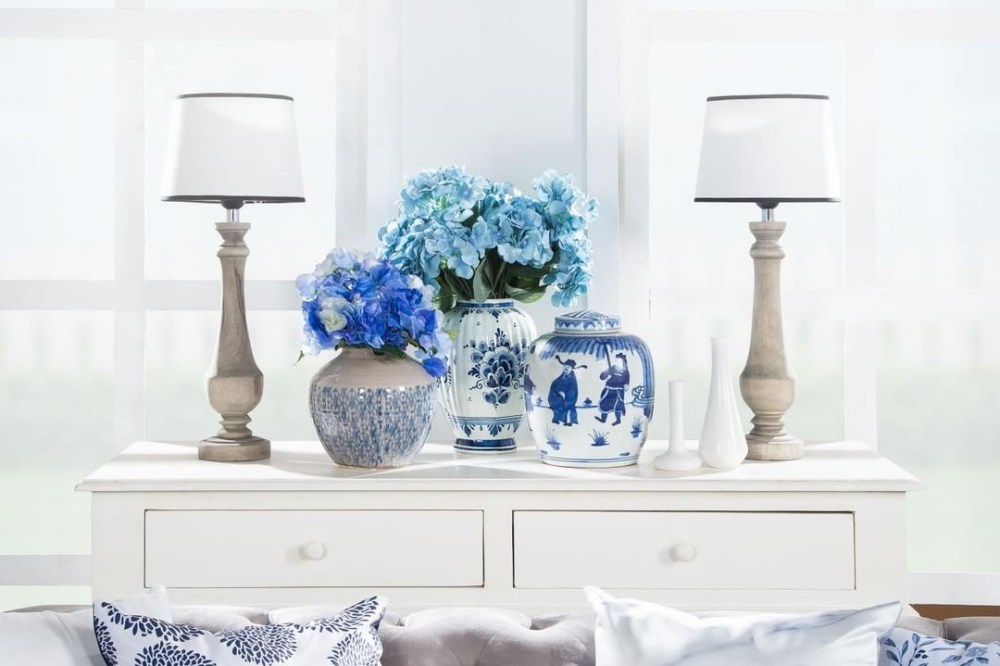 Vas bunga dengan elemen warna pastel