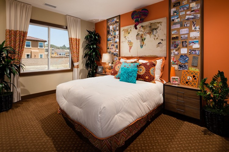 Desain kamar tidur utama dengan aneka pernak-pernik negara untuk traveller