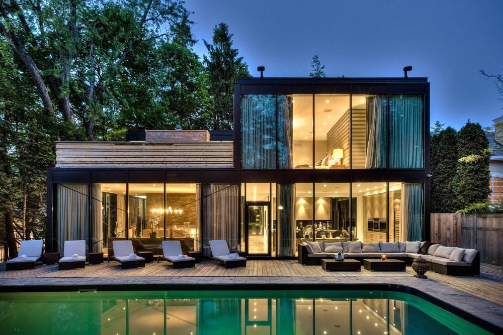 Desain rumah minimalis dua lantai berbalut kaca