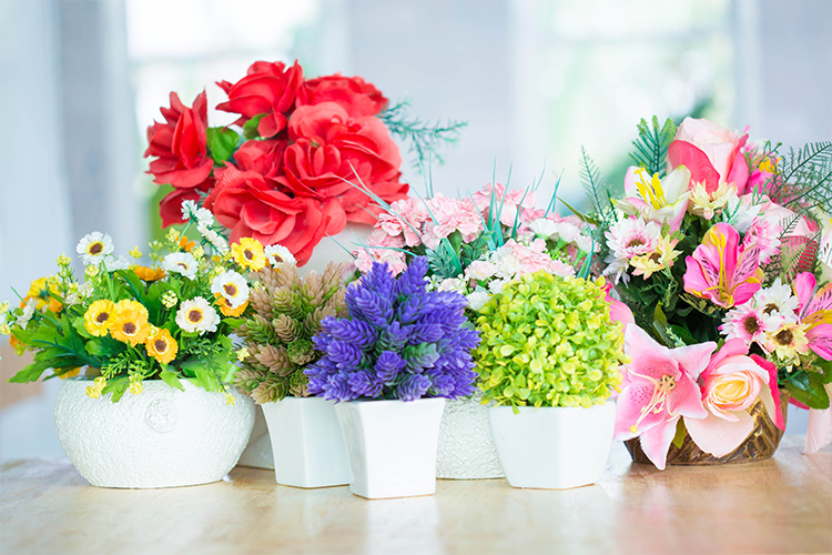 Rangkaian bunga hias plastik dan bunga hias asli