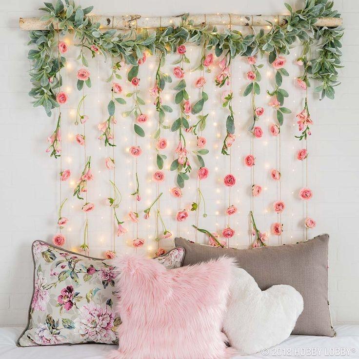 Dekorasi dinding dari bunga hias plastik