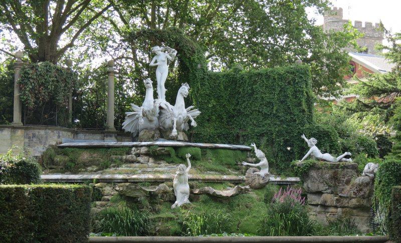 Taman Rumah Mewah Patung