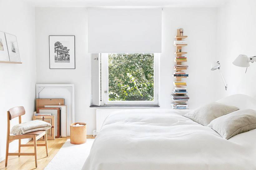 Kamar tidur putih dengan udara terbuka