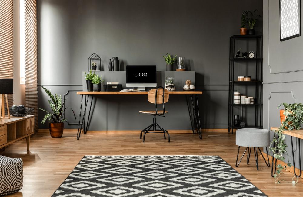 Lantai kayu dengan karpet