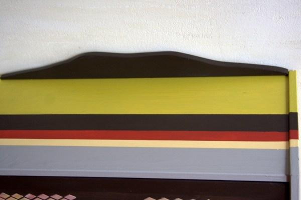 Drewniana komoda w kolorowe paski