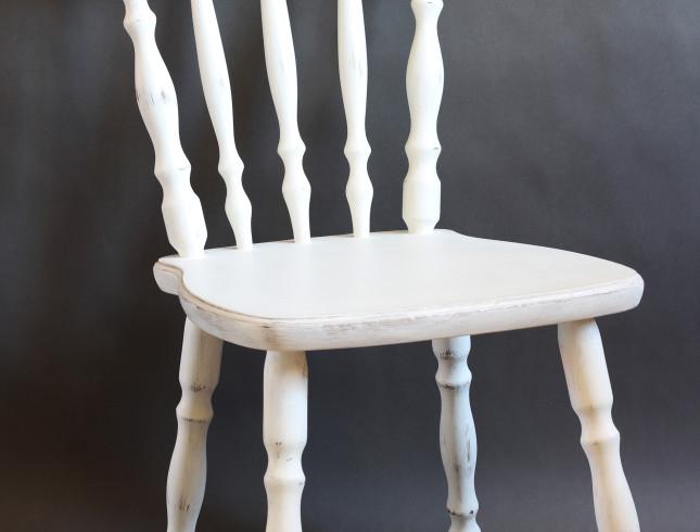 Białe dębowe krzesła farba kredowa