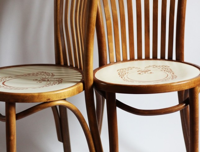 krzesła gięte, farby kredowe