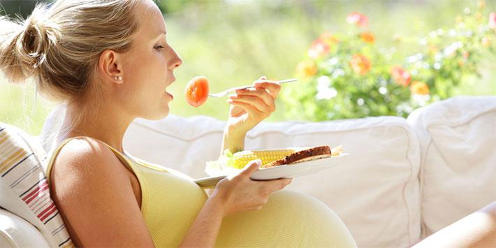 femeie-gravida-mancand