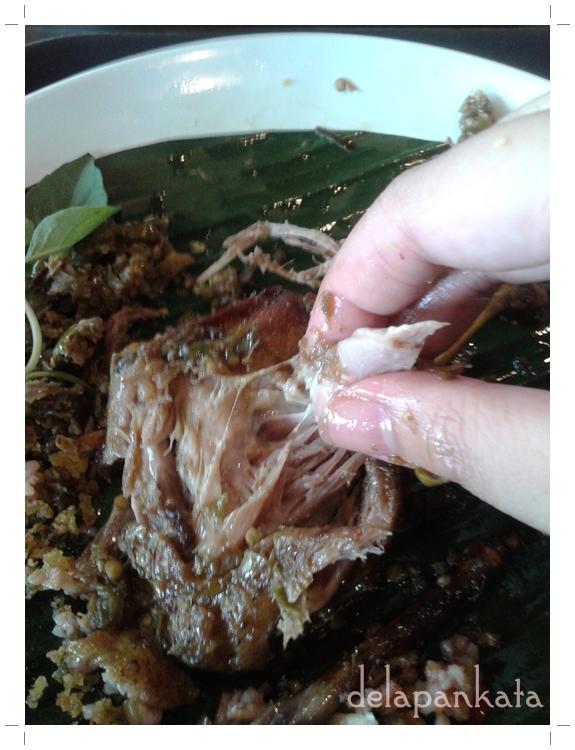 Satu tangan nyuil bebek, satu tangan megang henpon buat fotoin. Multitasking banget, Put! (Foto dok. pribadi)