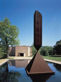 Vue extérieure avec l'obélisque brisé de Barnett Newman