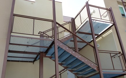 Structure métallique supportant un escalier