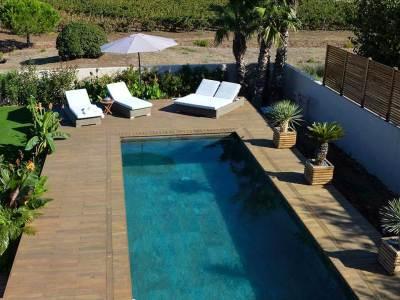 Terrasse bois au bord d'une piscine