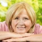 12634411-retrato-de-la-sonrisa-de-la-mujer-mayor-en-el-parque