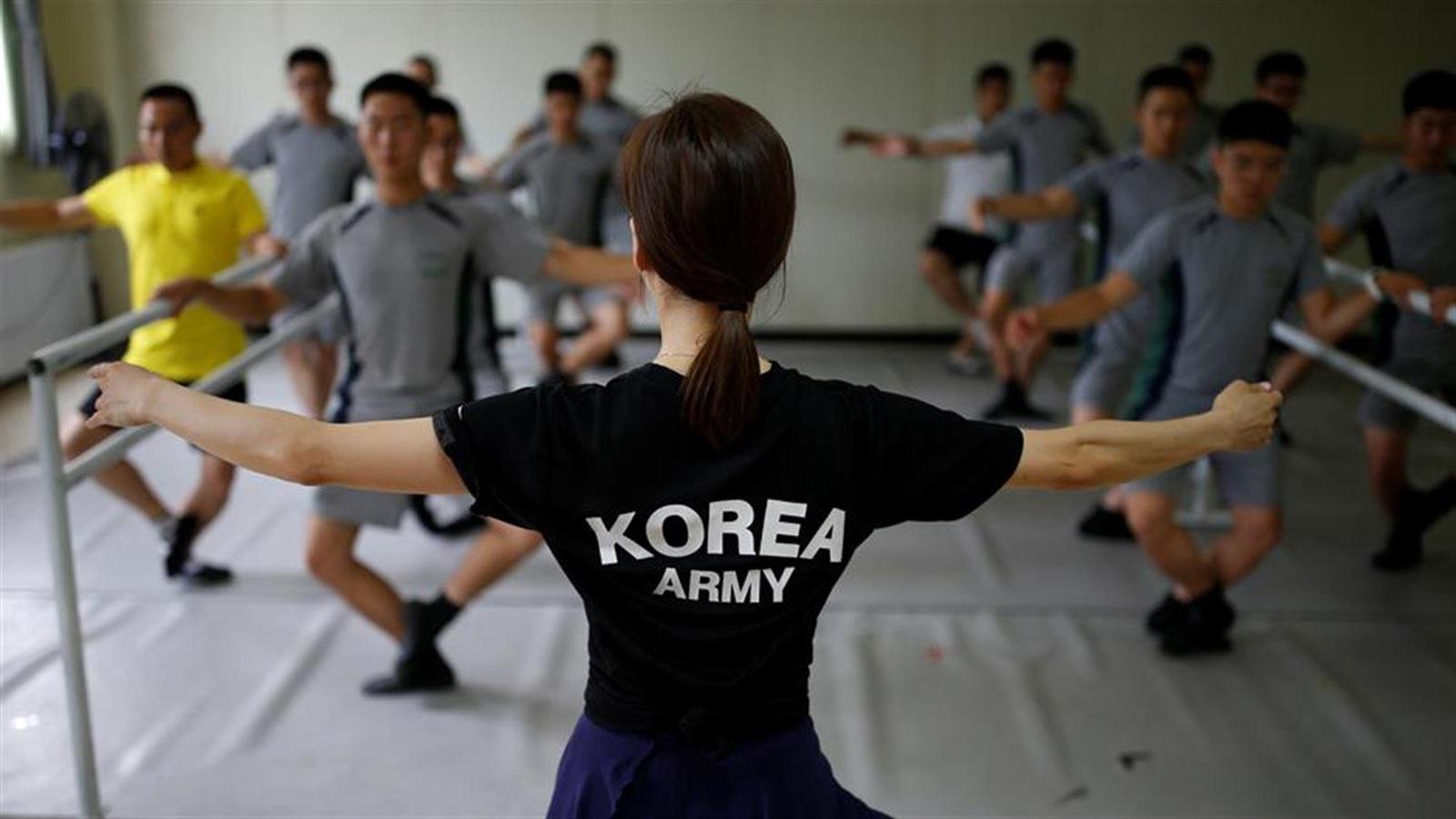 Ballerina leads South Korean soldiers in a ballet class | source: Kim Kim Hong-Ji/Reuters