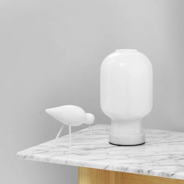 Lampara AMP de mesa con base en mármol blanco y tulipa de cristal blanco de la firma Normann Copenhagen