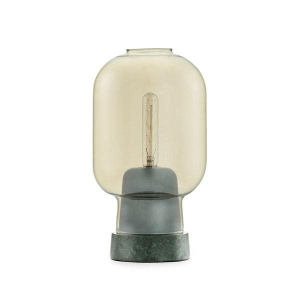Lámpara de mesa AMP de Normann Copenhagen con base en mármol verde y tulipa ahumada