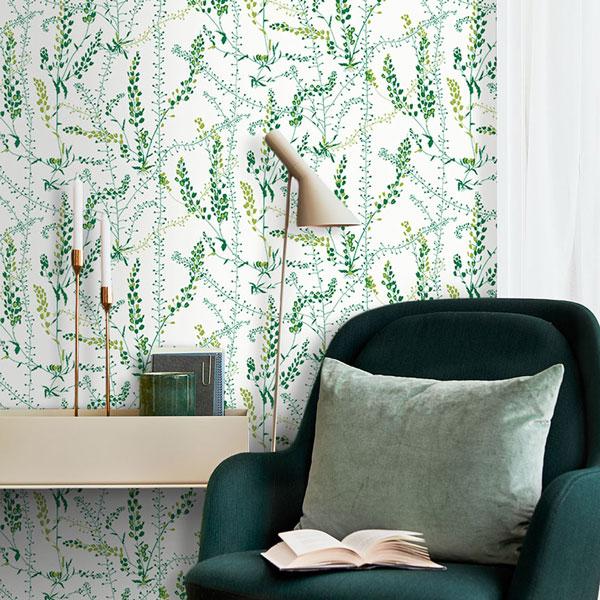 Zona de lectura con papel pintado Blandranker en color verde de la colección Scandinavian Designers II de Borastapeter