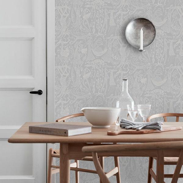 Papel pintado Poeme d´Amour en fondo gris de la colección Scandinavian Designers II de Borastapeter colocado en la pared del comedor