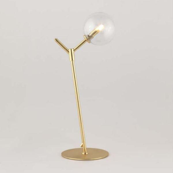 Lámpara de mesa Atom de Aromas del Campo en acabado dorado con tulipa transparente