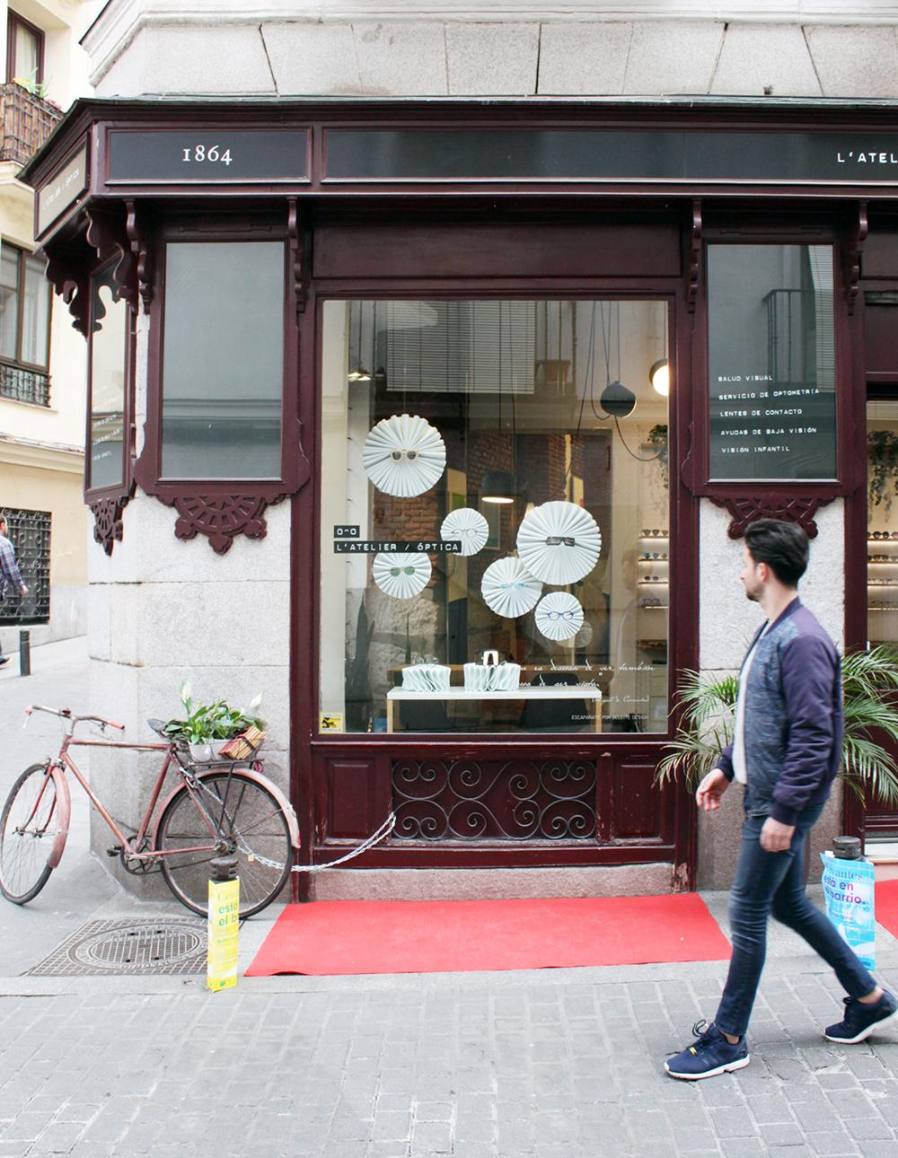 fachada de L´Atelier óptica con escaparatismo de Deleite Design