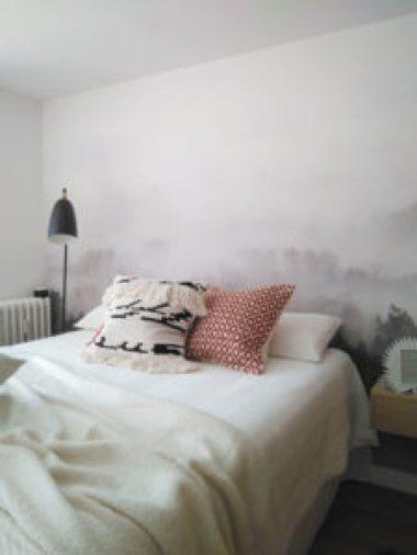 cabecero con mural de papel pintado en el dormitorio