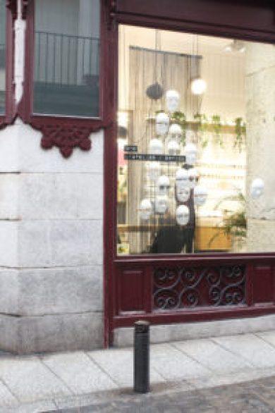fachada de L´Atelier óptica con escapatismo diseñado por Deleite Design