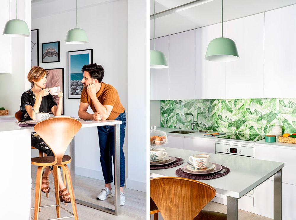 los interioristas Lara y Daniel de Deleite Design en la cocina que han diseñado a medida para este piso de Chamberí