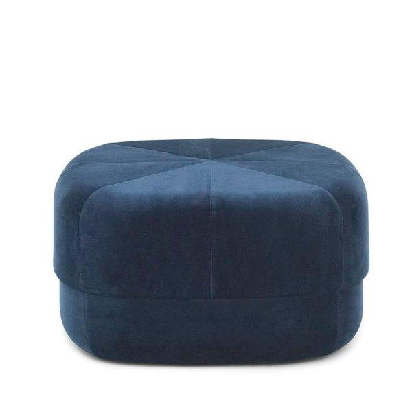 Pouf Circus grande en terciopelo azul oscuro de la firma Normann Copenhagen